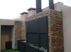 Puertas Guillotinas Magma en chapa negra Outdoor Decor, Outdoor Kitchen Design, Concrete Outdoor Kitchen, Exterior Design, New Homes, House Cladding, Outdoor Cooking Spaces, Backyard Fireplace, Exterior