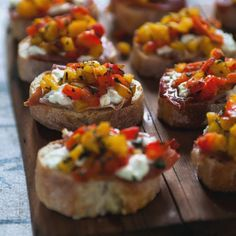 Bruschetta with grilled peppers, goat cheese & prosciutto - Three times a day - Here is a simple way to prepare a large amount of homemade bites. Best Appetizers, Appetizer Recipes, Prosciutto Recipes, Grilled Peppers, Roasted Peppers, Brunch, Finger Foods, Italian Recipes, Italian Foods