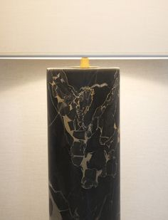 Le marbre Nero Portoro est extrait de carrières situées dans la région de la Ligurie en Italie. Sa couleur est d'un noir profond et lumineux incrusté de veinures de couleur or, beige et grise. Ce marbre rare est utilisé depuis l'antiquité. Travail artisanal, réalisé à la main par tournage pour les pièces cylindriques. Chaque lampe est un modèle unique. www.dayglow.fr Marble Collection, Marble Lamp, Day Glow, Artisanal, France, Beige, Lighting, Unique, Arabesque