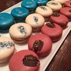 Macarons Trikolore von Principessas @principessasmacarons zum Abschluss #greygoose #brasserie #bleue #opening #feinkost #käfer #vodka #bogenhausen #münchen #munich #vivelafrance #französischewochen