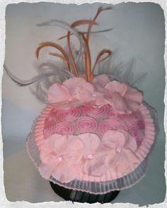 Tocado en tonos rosa con plumas de oca biot