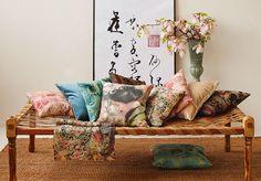 Könnyedén varázsolhatunk keleti stílust otthonunkban, pár apró, de látványos kiegészítővel, úgy mint keleti mintázatú díszpárnával vagy egy áttört mintázatú mécsestartóval. Textiles, Love Seat, Couch, Throw Pillows, Bed, Furniture, Home Decor, Wool Blanket, New Homes
