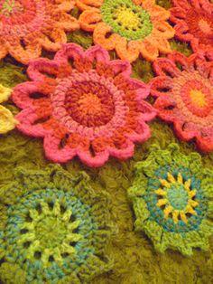 Bee-u-ti-ful Crochet Flowers: free pattern
