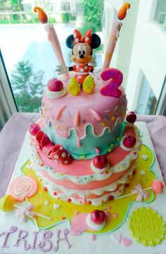Minnie mouse cake - looks like something a few little girls I know would love.