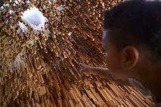 L'artiste Katie Paterson et les architectes Zeller & Moye ont créé cette installation nommée Hollow qui est composée de 10 000 barres de bois, chacune d'une essence différente et dans laquelle on peut pénétrer comme dans une grotte. En savoir plus sur http://www.laboiteverte.fr/essence-bois-grotte/#Qws1GtmQcbYXWfo3.99