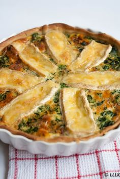 Oud & nieuw: quiche met brie en spinazie - Apocalypse Now And Then Vegetarian Recipes, Cooking Recipes, Fast Recipes, Oven Dishes, Quiche Recipes, Burger Recipes, Seafood Recipes, Happy Foods, Quiches