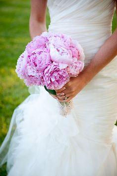 Ramo de novia formado por peonias moradas