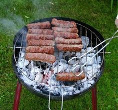 Mititei : Recette cuisine roumaine des mici My Favorite Food, Favorite Recipes, Romanian Food, Food Truck, Mustard, Nom Nom, Sausage, Pork, Beef