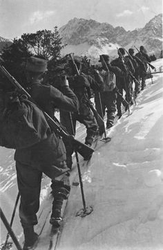 A troop of german mountain trooper (Gebirgsjäger). Unknown place and date. Nagasaki, Hiroshima, German Soldiers Ww2, German Army, Ww2 History, Military History, Fukushima, Luftwaffe, Germany Ww2