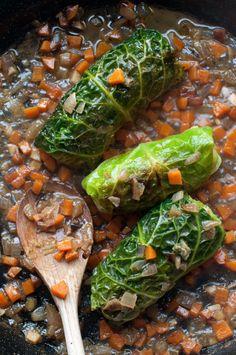 Feuilles de chou vert farcies (chair à saucisse, bouillon, carottes, oignons)