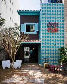 Sofá Café em São Paulo - Arquitetura do Super Limão Studio. Recomendo