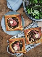 Heerlijke bladerdeegtaartjes met paddenstoelen en rosbief. Een lekker makkelijk lunch gerechtje of hapje ook lekker met een kom soep. Recept op Cookingdom, via bron