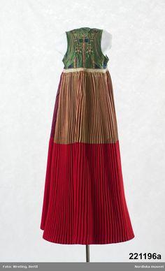 Ett oblekt linneband som varit virat kring kjolen litt a.  för att behålla goffreringen vid förvaring.  handvävt av ganska grovt oblekt lingarn. Skarvat i ena änden med ett något smalare band av samma sort. /Berit Eldvik 2011-09-06ing