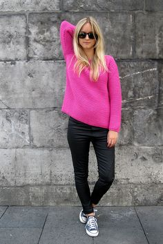 Black skinnies and bright pink sweater Estilo Converse, Blue Converse, Outfits With Converse, Converse Chuck, Converse Shoes, Cheap Converse, Custom Converse, Spring Summer Fashion, Autumn Winter Fashion
