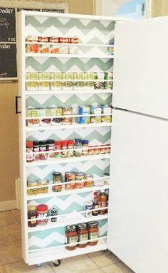 Zo handig om de loze ruimte tussen de muur en koelkast te benutten. Lijkt een bed-la, met wat stokjes/roetjes en latjes erin bevestigd en je kunt kruiden-potjes en dergelijk mooi opbergen, en ook weer snel pakken.