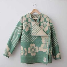 making coats out of vintage cozy blankets - Hmmm.... this one is from Wintervachtjas - Dutch brand