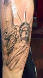What does statue of liberty tattoo mean? We have statue of liberty tattoo ideas, designs, symbolism and we explain the meaning behind the tattoo. Head Tattoos, I Tattoo, Cool Tattoos, Amazing Tattoos, Statue Of Liberty Tattoo, Black And Grey Tattoos, Tattoo Black, Tattoo Designs, Tattoo Ideas
