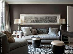 Фрагмент гостиной. Шерстяной ковер на полу, диван и столики, покрытые кожей, сделаны по дизайну Sandra Nunnerley Inc.
