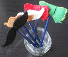 http://cartulina.es/regalos-originales-para-hombres-adornar-lapices/ Lápices con bigotes y lazos