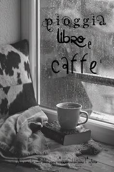 Nero come la notte dolce come l'amore caldo come l'inferno: Pioggia, libro e caffè.