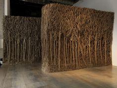 L'artiste contemporaine française Eva Jospin découpe, gratte et sculpte dans du carton d'emballage ordinaire, évidement fabriqué à partir d'arbres, tous les détails d'une forêt dense dont les troncs, les feuilles et les branches sont enchevêtrés jusqu'à boucher la vue. Qu'elles soient présentées sous forme d'installations, de grand panneaux ou de petits tableaux on a l'impression …