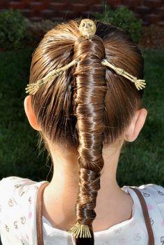 un squelette dans les cheveux d'une petite fille