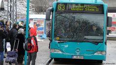 Fahrgäste warten auf einen Bus in Frankfurt am Main