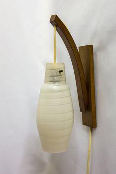 Vintage wandlampje, houten armatuur met glazen kap, ca. 1950