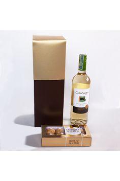Simple y directo. Un vino en una caja de regalo, acompañado de unos deliciosos chocolates Ferrero Rocher. Es un mensaje directo al corazón, para decir gracias, para decir te amo, para decir feliz cumpleaños, tu nombras la ocasión, nosotros ponemos el detalle. La Confitería, regalos especiales en Colombia Chocolates Ferrero Rocher, Coffee, Drinks, Gifts For Boss, Special Gifts, Happy Birthday, I Love, Box Of Chocolates, Business Gifts