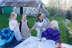 Historie, Museum, Sognefogedgården, Frederikshavn, Danmark. Fru Nielsen og de to døtre hilser på æresgæsten til 4. Maj arrangement 2016. Æresgæsten hedder Lise Westergaard-Nielsen og er 100 år. Hende og hendes mand gemte engelske flyvere under 2. Verdenskrig