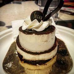 """Hora de Tiramisu! Sabe por que essa sobremesa típica italiana feita com café tem esse nome? A tradução é """"me deixa nas nuvens"""", acho que da pra entender o porquê, não é? #piacereitalia  #Milano #eataly #italy #tiramisu 😋☕"""