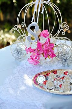 Your carriage awaits . . . LOVE this centerpiece for princess party!