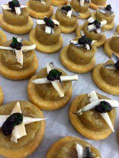 Mini pissaladières (par LA TABLE D'UN JOUR) www.latabledunjour.com. Traiteur - pâtissier - organisateur d'évènements culinaires en Isère. Buffets, cocktails, repas, créations sucrées, propositions gourmandes et évènements culinaires. Restauration, gastronomie, cuisine, mets, entrées, plats, fromages, desserts, chef, pâtisserie. Crédits : LA TABLE D'UN JOUR®, Sandrine ALBEROLA Photos.