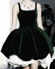 Green velvet dress, beautiful♪ƸӜƷ❣ 🎬🖤 ♛♪ 🎩🌹 ✿ ❀¸¸¸. Haute Couture Style, Couture Mode, Couture Fashion, Runway Fashion, Mega Fashion, Fashion Now, Fashion Dresses, Womens Fashion, Dresses Dresses