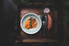 Süßkartoffeln sind nicht jedermanns Sache, aber auf jeden Fall einen Versuch wert. Oft werden sie mit Curry oder Chili kombiniert, was ihren süßlichen Geschmack unterstreicht. Wir haben diesen Süßkartoffel-Auflauf im Dutch Oven mit Rosmarin und Thymian gewürzt, was hervorragend mit der Süßkartoffel harmoniert. #dutchoven #dutchovenrezept #rezept #outdoorkueche #outdoorcooking #auflauf #suesskartoffel #castiron