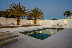 Villa Eivissa is een luxe 5 slaapkamer vakantievilla gelegen te Algarve-Ferragudo, Portugal. Deze vakantievilla is geschikt voor 10 gasten. Deze unieke villa in Ibiza Stijl heeft een adembenemede uitzicht over de oceaan. Deze luxe vakantievilla heeft vijf luxe slaapkamers, allen voorzien van een eigen badkamer met inloopdouche, en biedt een comfortabel en heerlijk ontspannen verblijf… Dream Home Design, House Design, Algarve, Portugal, Port Wine, Unique Architecture, Lisbon, Ibiza, Seaside
