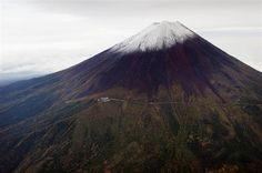 平年より11日遅く、昨年より5日早く初冠雪した富士山=11日午後(共同通信社ヘリから)