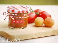 Selbstgemachter Ketchup ist super! Ich weiß, was drin ist und kann ihn aromatisch abschmecken! Wenn ich dann nur 2 Zutaten brauche und der Backofen die meiste Arbeit erledigt, ist das einfach genial. Tomaten und Aprikosen. Wie bei vielen Tomatensoß ...