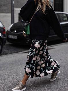 La jupe longue fleurie avec baskets & grosse maille : le mix parfait de rentrée....