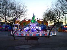 Parque de atracciones frente a La Barceloneta en Barcelona.