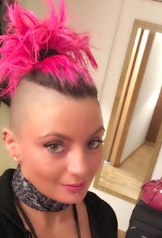 Honestly, that looks badass - Haar farben Front Hair Styles, Curly Hair Styles, Mohawk Styles, Girl Short Hair, Short Hair Cuts, Pixie Cuts, Pixie Cut Shaved Sides, Girls Short Haircuts, Short Girls