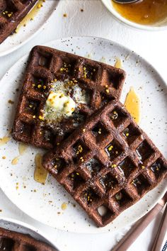 Sharing the most indulgent, yet healthy gluten free dark chocolate waffles drizzled with warm honey. These are a chocolate lover's dream and nutritious! Chocolate Greek Yogurt, Healthy Dark Chocolate, Gluten Free Chocolate, Melting Chocolate, Gluten Free Waffles, Gluten Free Bakery, Gluten Free Sweets, Bakery Recipes, Waffle Recipes