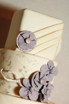 I love Vera Wang's 2011 collection! Especially the storm gray gowns. I designed this cake for display in a Vancouver bridal shop and decided that flowers made to look like fabric and fondant pleating, as well as a little handpainting was the way to g mg