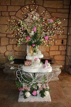 Tarta de boda con zapato y maleta