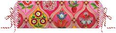 Verspielte Nackenrolle »Fairy Tales« der Marke PiP Studio. Das Design dieses Kissens ist wunderbar detailverliebt - ein Feuerwerk an kleinen Motiven, die sich ornamentartig aneinander reihen und farblich perfekt harmonisieren. An den Seiten tummeln sich kleine grafische Blümchen, die für Ruhe sorgen. Ein wahrer Augenschmaus. Die Rolle wird mit Füllung geliefert, die mit Hilfe des Zugbandes an d...