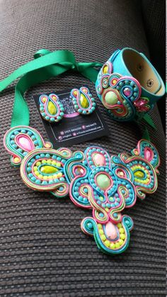 Maxi necklace Soutache, earrings and bracelet Boho Jewelry, Jewelry Art, Jewelry Gifts, Jewelry Design, Diy Earrings Dangle, Soutache Necklace, Saree Painting, Maxi Collar, Peacock Art