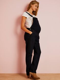 These dungarees are indispensable for every future mum! Their timeless style and stretch comfort is sure to please expecting mums. Denim dungarees for matern Maternity Dungarees, Denim Dungarees, Overalls, Maternity Sale, Maternity Wear, Salopette Jeans, Treggings, Sous Pull, Pregnancy Outfits