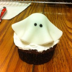 Ghost cupcakes. Very easy to do! #ManillaHalloween