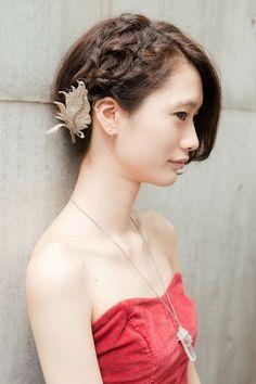 【秋冬ヘアからお呼ばれヘアへ】大胆な編み込みテクで女らしさをアピール!/モードヘアNEWSSTAND/スナップ/ファッション、ブランド、モードの情報満載「SPUR.JP」 Kawaii Hairstyles, Short Bob Hairstyles, Pretty Hairstyles, Braided Hairstyles, Wedding Hairstyles, Short Hair Cuts, Short Hair Styles, Wedding Kimono, Hair Arrange