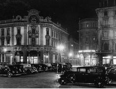 un incredibile parterre di vecchie automobili in piazza Solferino (forse per una gran soirée al teatro Alfieri)